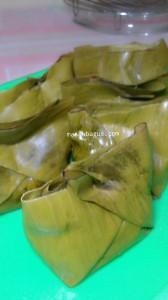 dan bungkus dengan rapi dengan daun pisang
